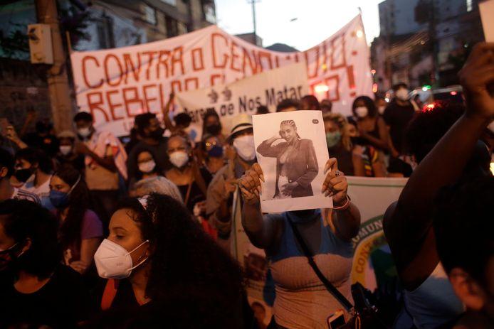 Activisten en familieleden van het slachtoffer, de zwangere Kathlen Romeu, komen op straat om het politiegeweld in de Braziliaanse favela's aan te klagen.