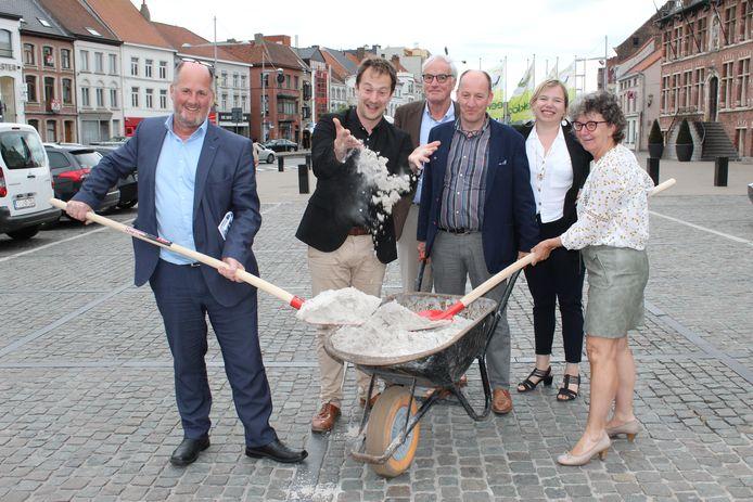Het schepencollege voert symbolisch de eerste kruiwagen zand naar de Markt van Eeklo.