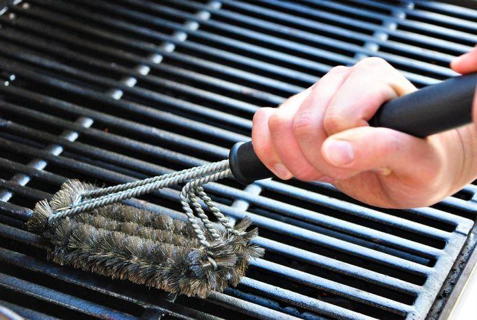 Met een staalborstel krijg je het rooster goed schoon.