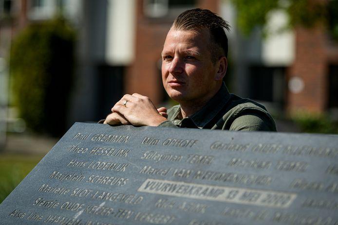 Tom Gremmen, zoon van omgekomen brandweerman Paul, bij het monument vuurwerkramp.