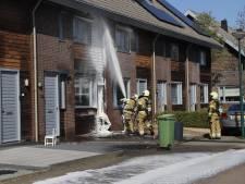 Houten gevel van woning in Cuijk vat brand na weg schroeien onkruid; water- en rookschade in huizen