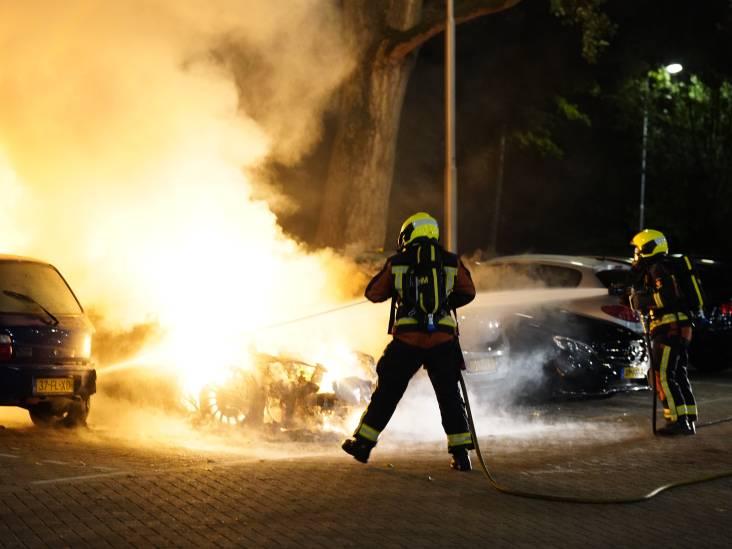 Vuurzee verwoest auto in Gouda, twee andere voertuigen flink beschadigd