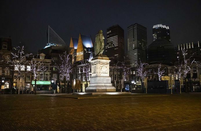 Een leeg Plein in Den Haag na het ingaan van de avondklok. Tot sowieso 9 februari geldt in Nederland een avondklok van 21.00 tot 04.30, als een van de strengere coronamaatregelen.