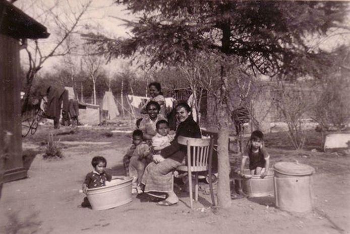 Een beeld uit het vroegere Kamp Vossenbosch, een Moluks woonoord bij Wierden.