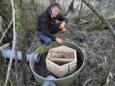 Samen met ecoloog Mark Zekhuis en otterdeskundige Auke Kuiper bedacht Peter Steffens een otterburcht. Op de foto is hij bezig met het plaatsen daarvan in opdracht van de provincie. 'Als dit slaagt komen ze in heel Nederland.'