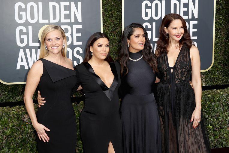 Reese Witherspoon, Eva Longoria, Salma Hayek en Ashley Judd arriveren allemaal in het zwart bij de Golden Globes. Beeld Getty Images