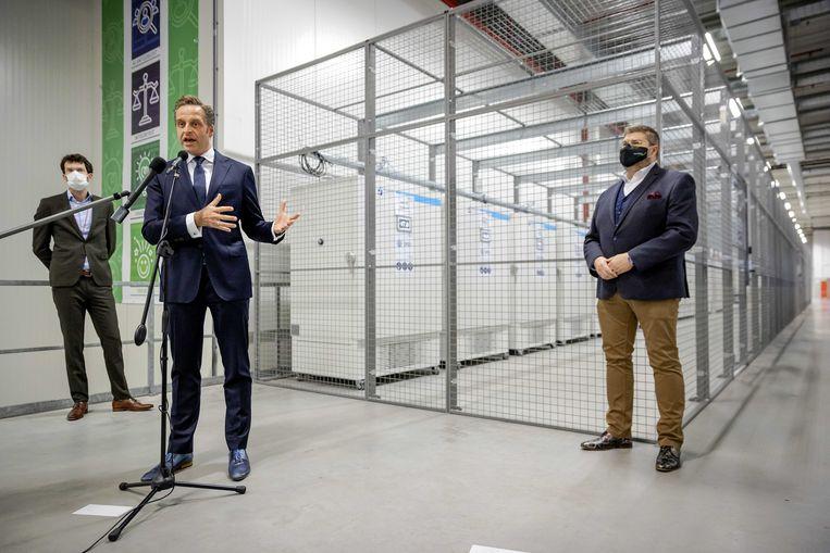 Minister De Jonge voor de ultra-low freezers bestemd voor vaccins. Beeld ANP