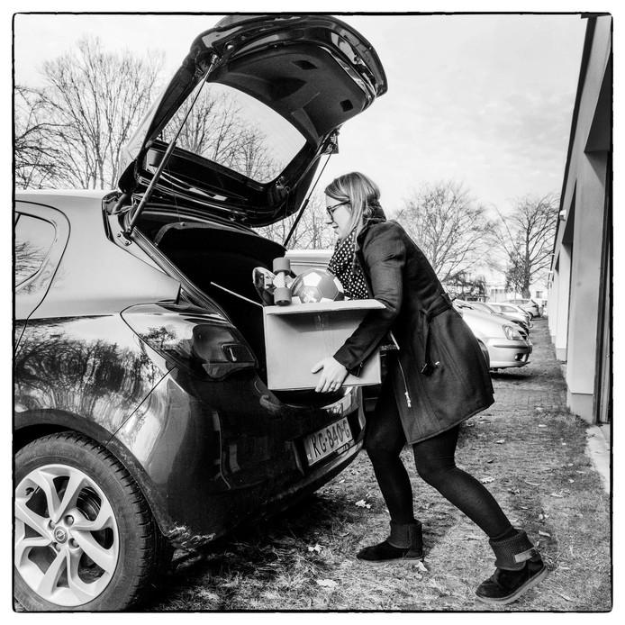 Marcha Prins laad haar auto vol met overbodige spullen die als liefdadigheid aan minder bedeelden worden geschonken