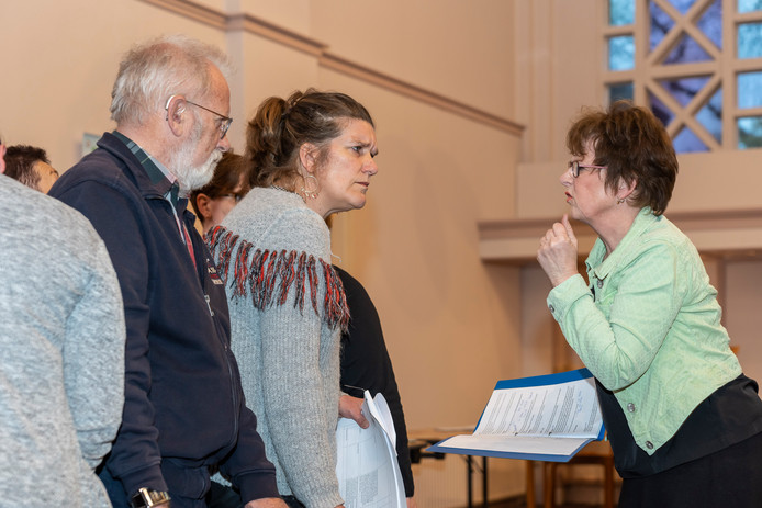 Nelleke Tamerus (r) geeft, als regisseur bij de repetitie van Waisisis Lied zonder vrijheid - terug naar Terezin, aanwijzingen aan één van de spelers.