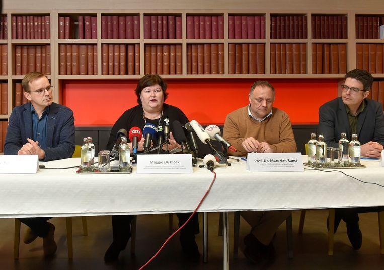 Archiefbeeld van een persconferentie in maart 2020 naar aanleiding van de eerste patiënt besmet met het coronavirus in ons land. Van mondmaskers of afstand houden was toen nog geen sprake. Beeld Photo News