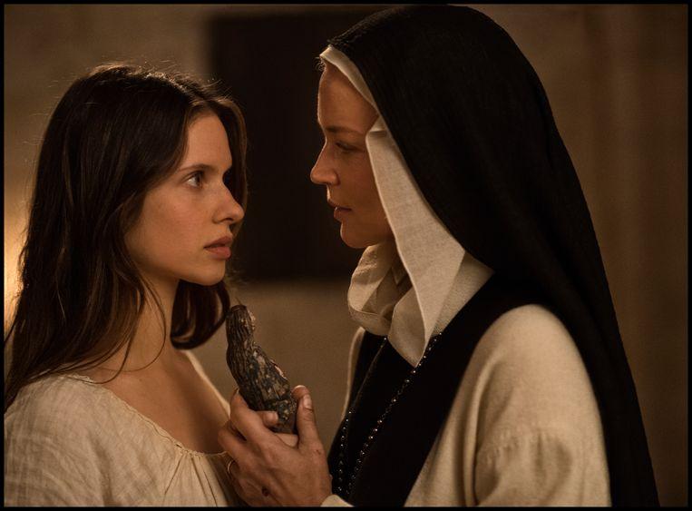 Zusters Bartolomea (links) en Benedetta. De film deed door de expliciete scènes veel stof opwaaien. Beeld