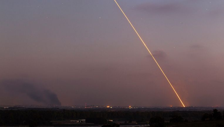 Het spoor van een raket, afgevuurd in het noorden van de Gazastrook, is duidelijk zichtbaar. Beeld REUTERS