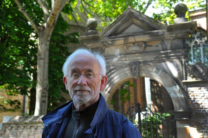 Jan Bliek schreef een boek over de grotendeels verloren huisnamen en gevelstenen van vier eeuwen in Vlissingen.