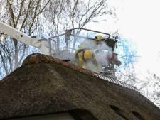Schoorsteenbrand slaat over op rieten kap in Brummen: snel ingrijpen voorkomt erger