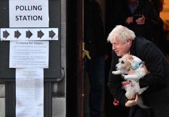 Nog een laatste charmeoffensief van Boris Johnson die bij het stemlokaal in hartje Londen poseert met zijn hondje Dilyn.