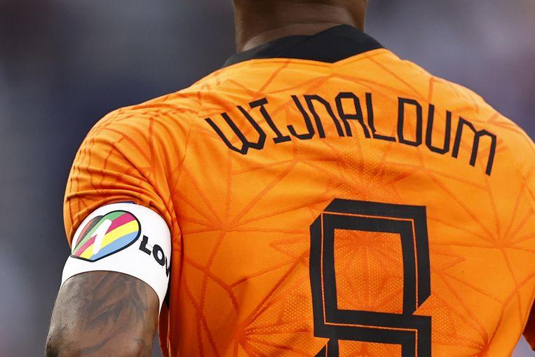 Georginio Wijnaldum droeg bij de wedstrijd tegen Tsjechië een regenboogband uit solidariteit met de lhbti-gemeenschap.   Beeld ANP