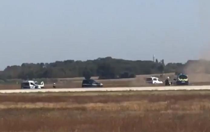 Een grote politiemacht weet de man aan te houden naast een vliegbaan van het vliegveld Lyon.