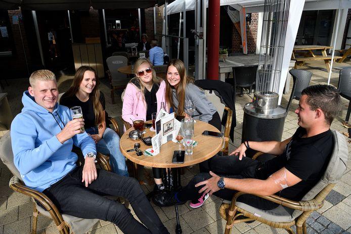Gezelligheid op het terras van café Old Niekark. Links Menno, naast hem Celine en rechts Romique. ,,Je drinkt meer dan je denkt.''