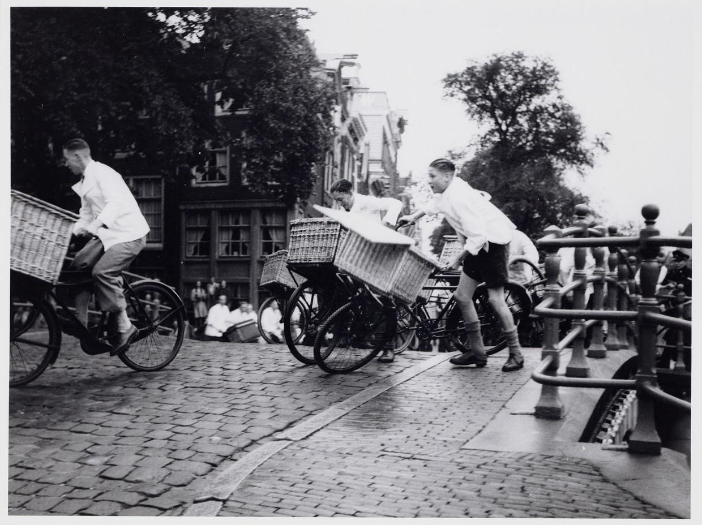 Fietswedstrijd voor slagersjongens op de Keizersgracht.