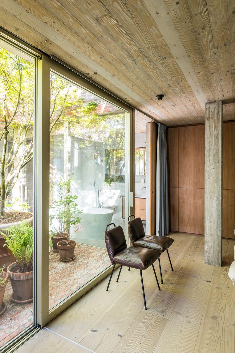 De slaapkamers en de badkamer in het intimistische achtergedeelte zitten verzonken in de berg en liggen in een lus rond de patio. Beeld Luc Roymans