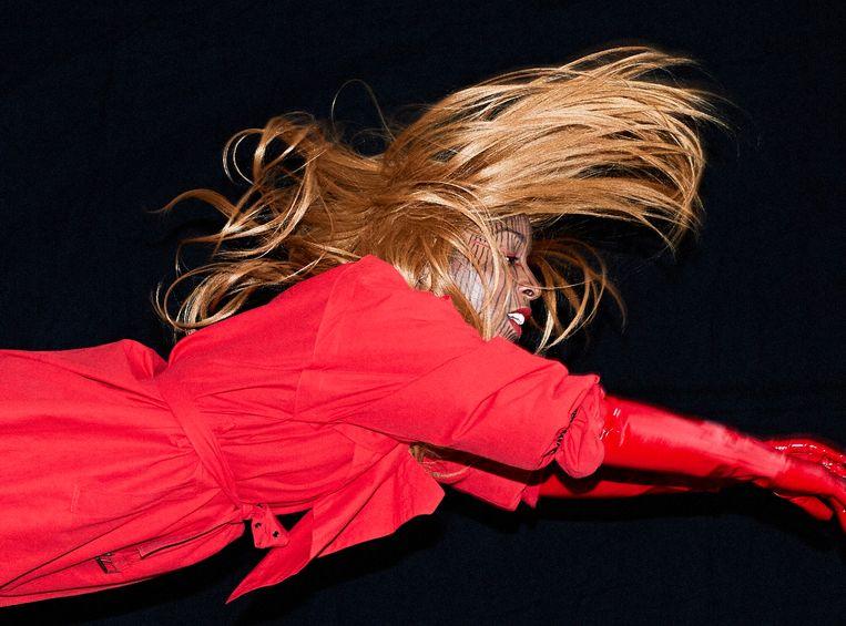 Charlotte Adigéry schittert op de verjaardagsplaat van label DEEWEE. Beeld Jorre Janssens