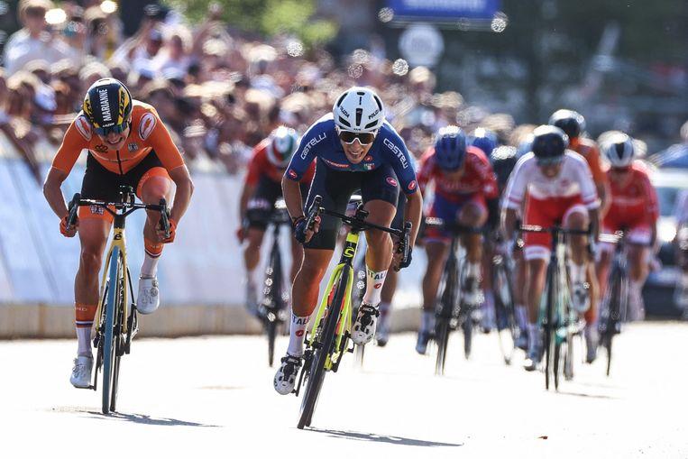 Elisa Balsamo van Italië sprint naar de wereldtitel. Links van haar Marianne Vos, die met zilver genoegen moet nemen. Beeld AFP