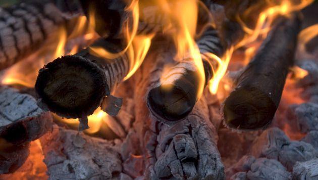 Un feu de bois qui crépite pendant des heures: un spectacle qui fascine les Norvégiens