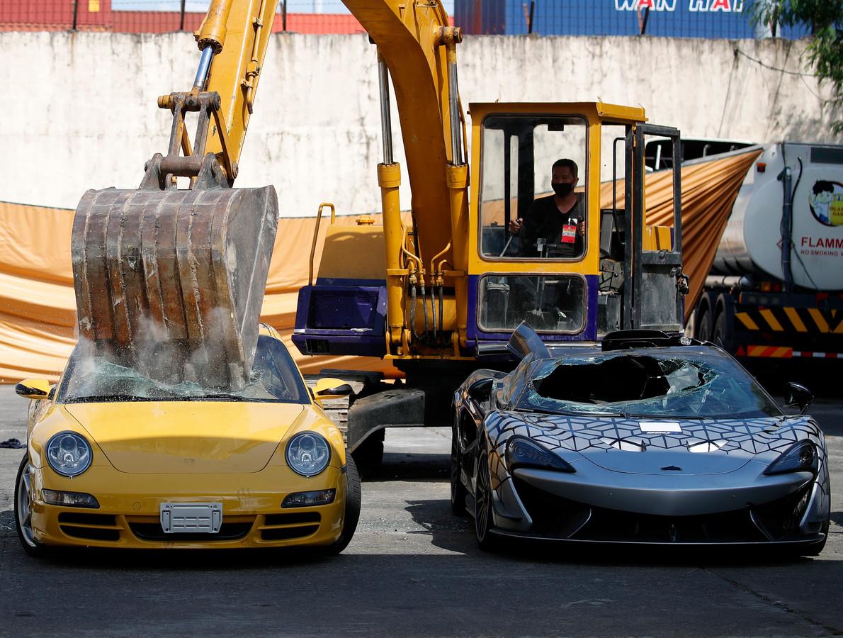 Zo'n 21 gesmokkelde auto's, die samen 58 miljoen Filipijnse peso (ongeveer 1 miljoen euro) waard waren, werden met een kraan volledig vernield.