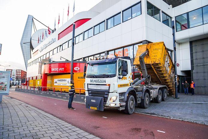 PSV barricadeert uit voorzorg de fanshop.