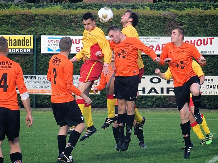 Koewacht (in gele shirts) knokte zich in de topper tegen Nieuw Borgvliet knap terug in de wedstrijd. Bij rust stond het 3-1 voor de koploper uit Bergen op Zoom, maar de nummer twee van de ranglijst sleepte een punt uit het vuur: 3-3.
