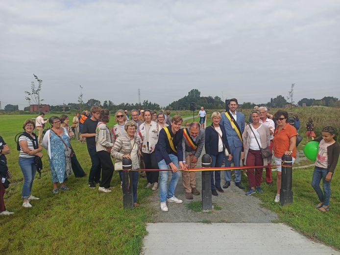 Schepen Sven Roegiers en burgemeester Joeri De Maertelaere mochten het park inhuldigen.