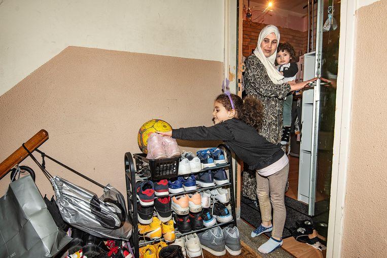 Het schoenenrek op de overloop.  Beeld Guus Dubbelman / de Volkskrant