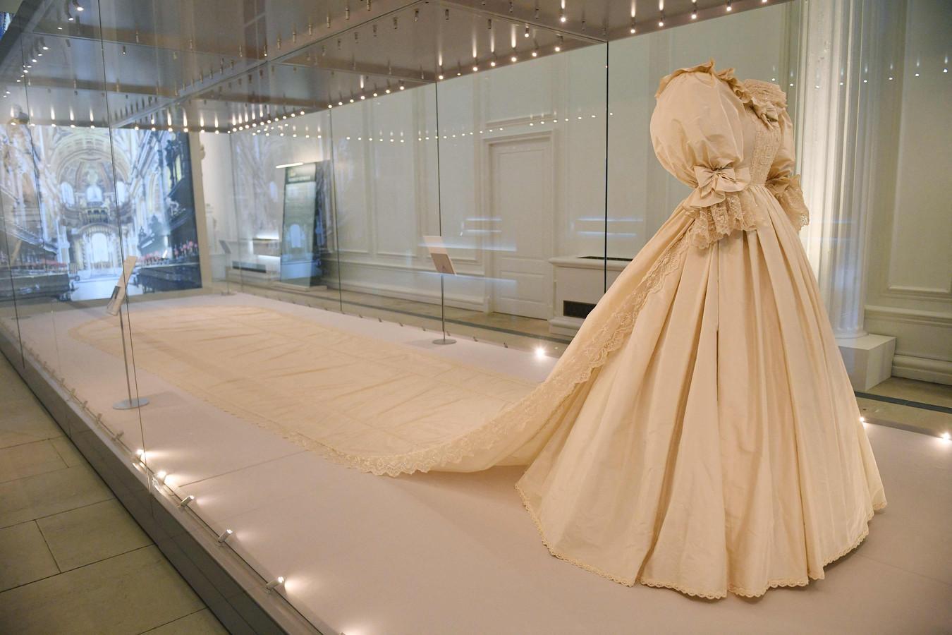 La traîne de la robe de Diana mesure 7,62 mètres - la plus longue jamais utilisée lors d'un mariage royal.