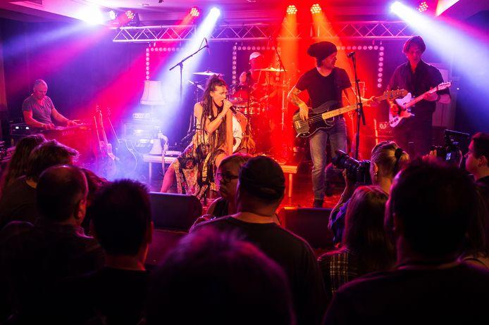 De band Delicious Surprise op het podium tijdens de Kovvernacht in Raamsdonksveer in 2017.