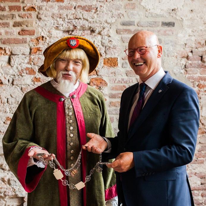 Burgemeester Bort Koelewijn en zijn door acteur Jeroen Fransen tot leven gewekte voorganger van 550 jaar geleden.