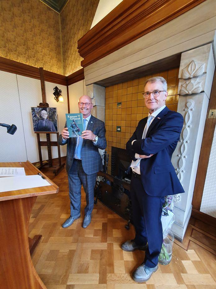 Burgemeester Koelewijn (links) toont Kamper Almanak, rechts van hem Herman Harder.