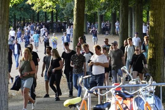 Het voorprogramma is al bijna uitgespeeld, als fans van Eminem nog richting het Goffertpark lopen.