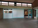 Binnen ligt de vloer vol met glasscherven bij voormalige basisschool Elckerlyc.