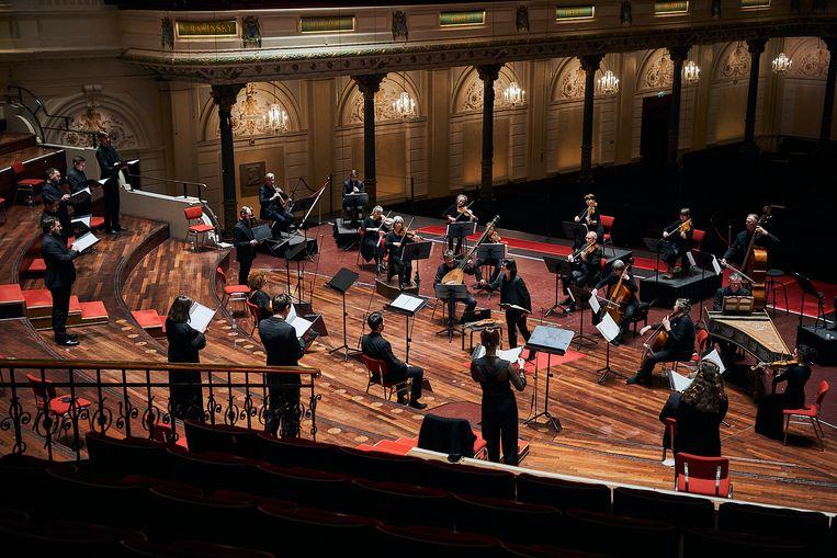 De Nederlandse Bachvereniging in elliptische opstelling in het Concertgebouw met dirigent en violist Shunske Sato in het midden. Beeld Eduardus Lee