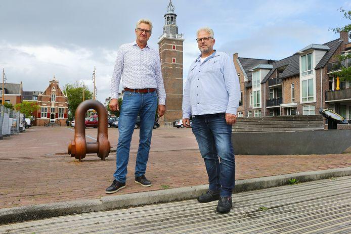 Theo Agterof en Mattie Rietveld op het Reghthuysplein in Nieuwkoop, waar het jubileumjaar van Nieuwkoop zaterdag van start gaat met een kunstproject.
