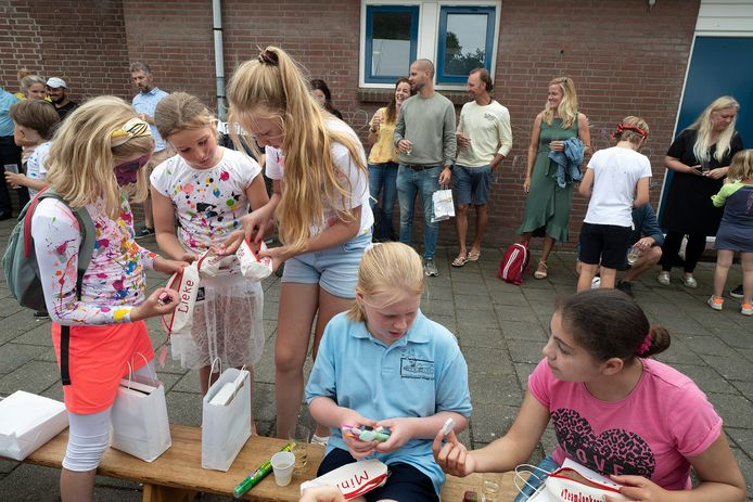 De dorpsschool gaat op slot.  Alle 32 leerlingen plus hun vijf leerkrachten vieren nog een keer feest. Woensdag is het voorbij. De school fuseert met De Wiekslag in Duiven waar de meeste kinderen naartoe gaan.