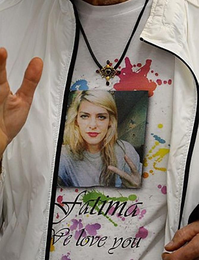 Het witte t-shirt met daarop de foto van Fatima Dyczynski, gedragen door haar vader George.