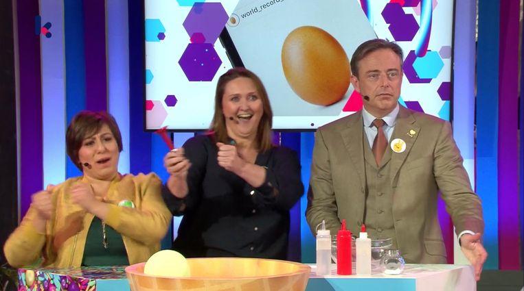 Meyrem Almaci, Gwendolyn Rutten en Bart De Wever tijdens een van de spelletjes in de kiesshow. Beeld VRT