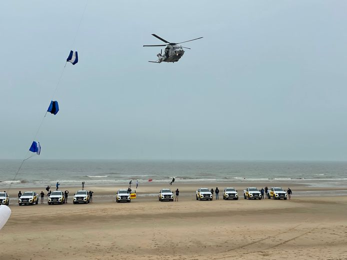 De NH90 kwam langs voor de opening van het badseizoen