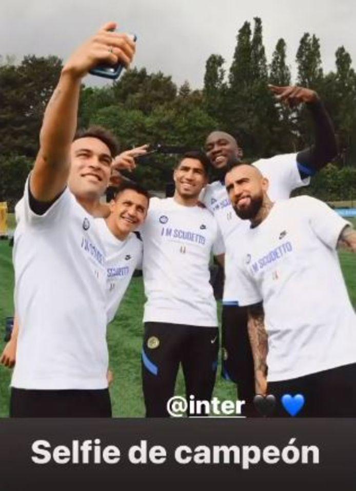 Lukaku poseert met zijn maatje Lautaro, Alexis en Vidal.