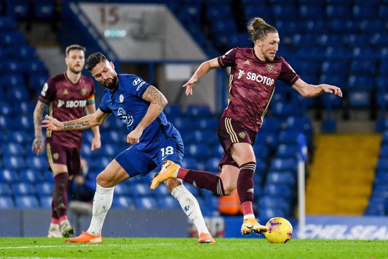 Leeds-speler Luke Ayling gaat voorbij Olivier Giroud van Chelsea. Beeld Photo News