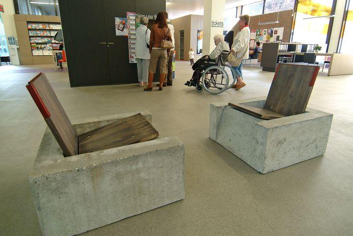 In het stadskantoor worden ook exposities gehouden, zoals van de meubels van Harry Vogelaars.
