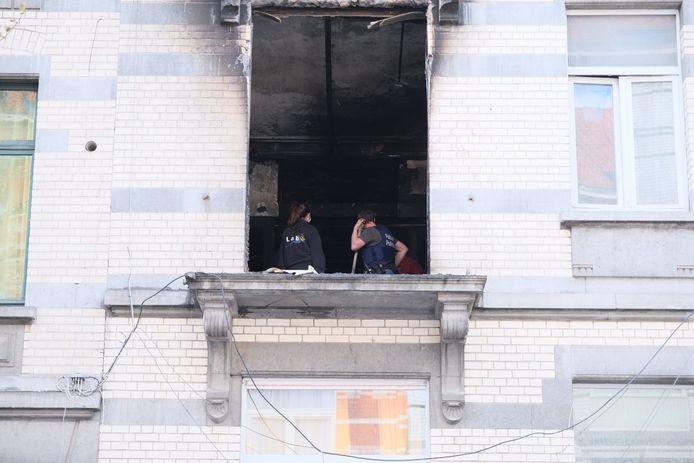 De schade aan de woning is groot na de brand. De gevel is helemaal zwartgeblakerd. De politie heeft het pand verzegeld.