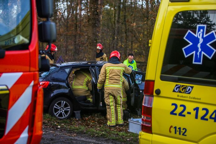 Man bekneld in auto bij ongeluk in Asten