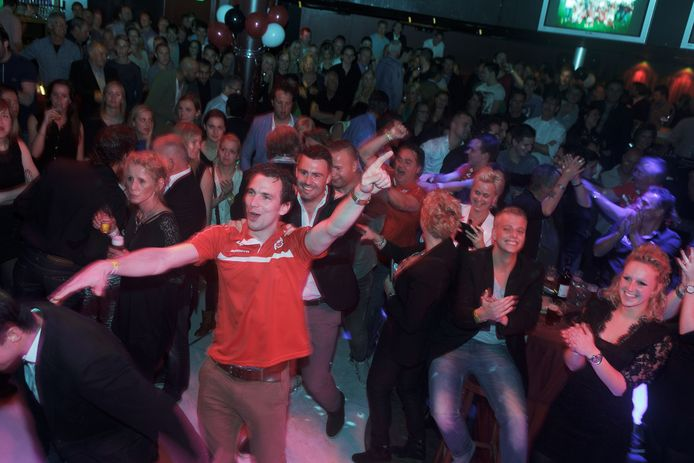 De voetballers van Rood Wit lopen de polonaise. Ze werden op het Amateurvoetbalgala van De Gelderlander verkozen tot beste team.